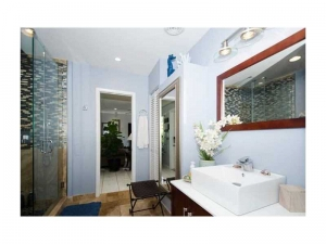 bathroom of Wilton Manors home for sale
